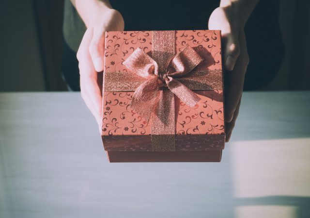 Kobiecy prezentownik – sprawdź, co warto jej kupić na święta!